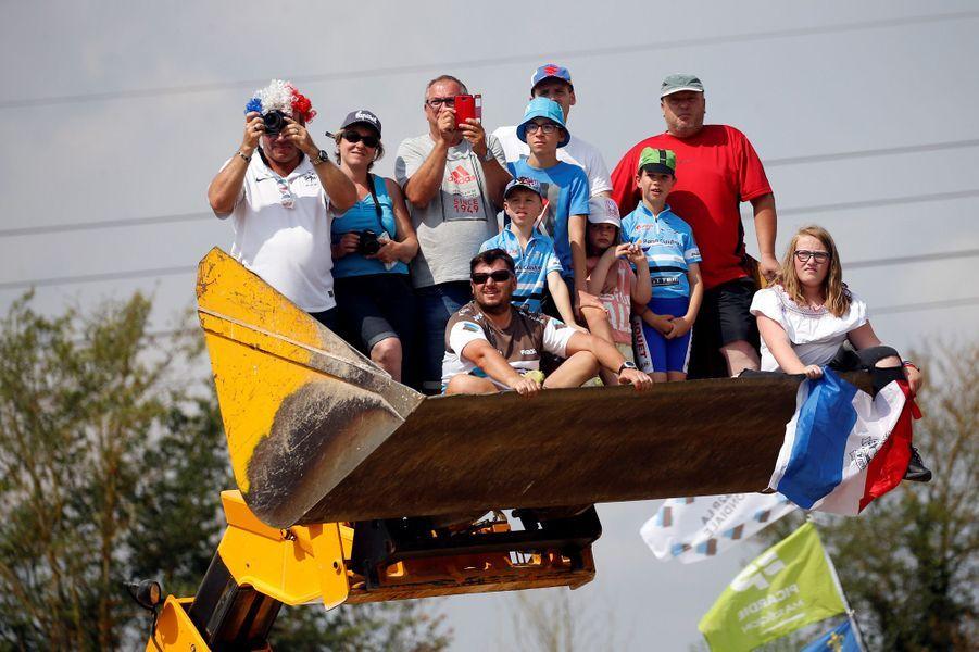 Ces spectateurs s'offrent une vue imprenable lors de l'étape du 14 juillet entre Dreux et Amiens.