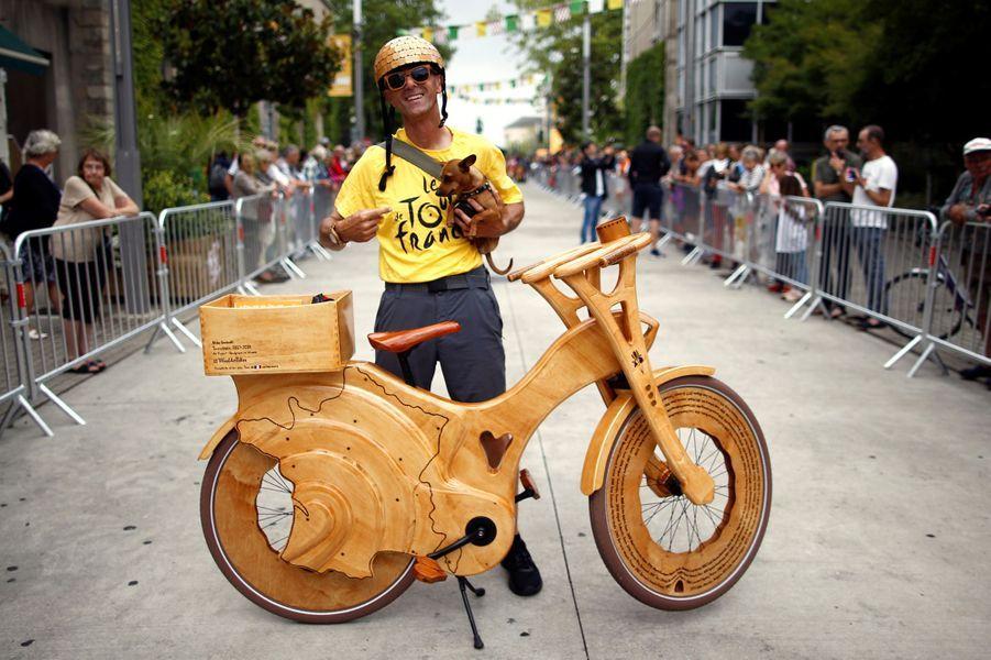 Le 5 juillet à la Roche-sur-Yon, un fan du Tour de France pose fièrement avec son vélo en bois.