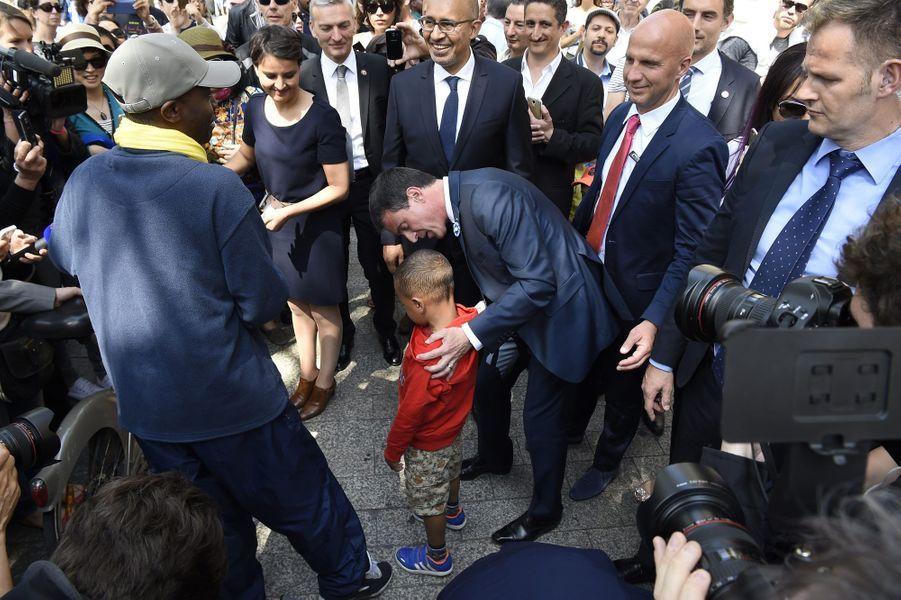 Manuel Valls s'adresse à un petit garçon