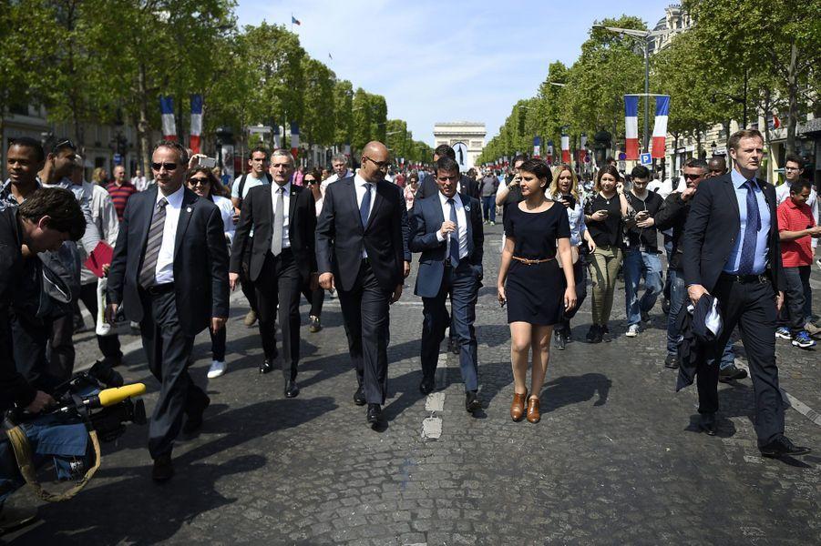 Trois ministres au milieu des Champs-Elysées