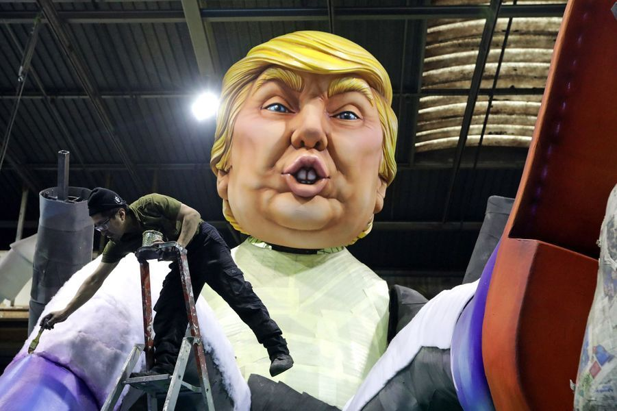 Une grosse tête à l'effigie de Donald Trump.