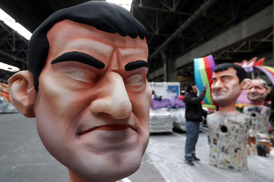 Une grosse tête à l'effigie de Manuel Valls.