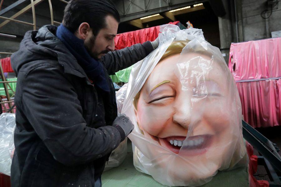 Une grosse tête à l'effigie de Marine Le Pen.