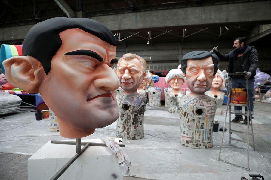 Une grosse tête représentant Manuel Valls devant celles deFrançois Bayrou et François Fillon.