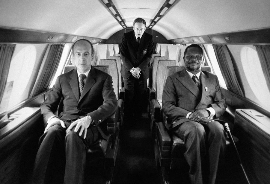 Potrait de Valéry Giscard d'Estaing et de Jean-Bédel Bokassa dans l'avion Mystère 20 qui les ramène à la capitale après une partie de chasse le 7 mars 1975 à Bangui, République Centrafricaine.