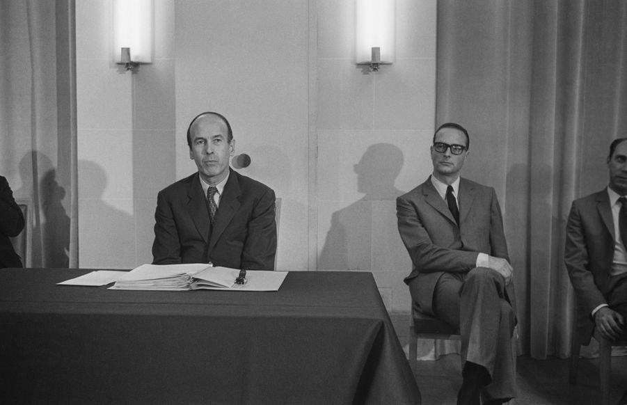 Valéry Giscard d'Estaing, Ministre de l'Economie et des Finances, accompagné de Jacques Chirac, Secrétaire d'Etat aux Finances, donne une conférence de presse pour présenter le budget de l'année 1970, le 16 juillet 1969 à Paris, France.
