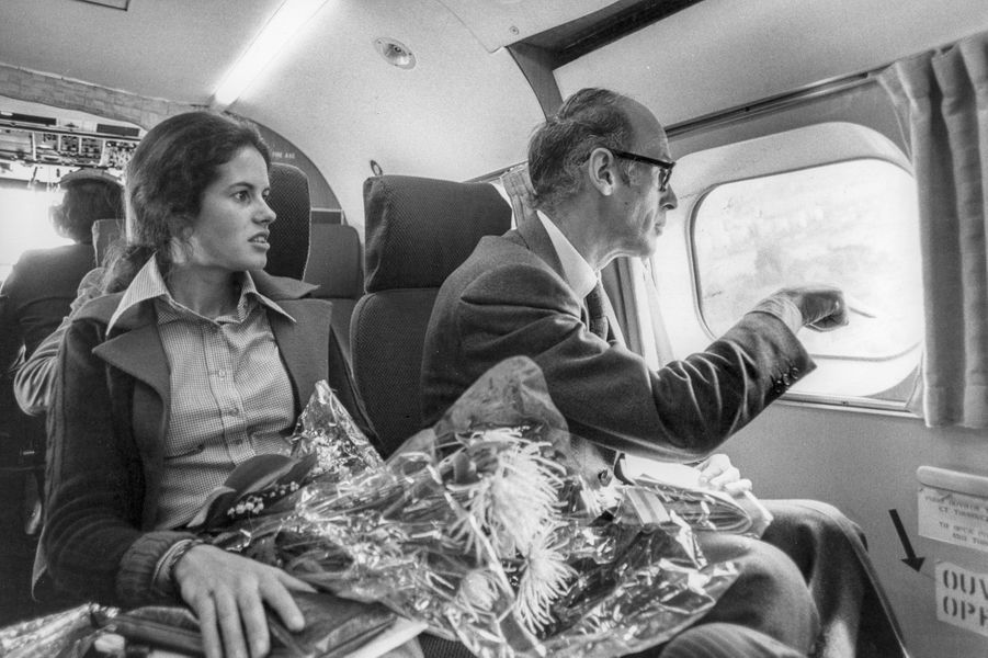 Valéry Giscard d'Estaing et sa fille Valérie-Anne en hélicoptère à Lyon le 29 avril 1974, France.
