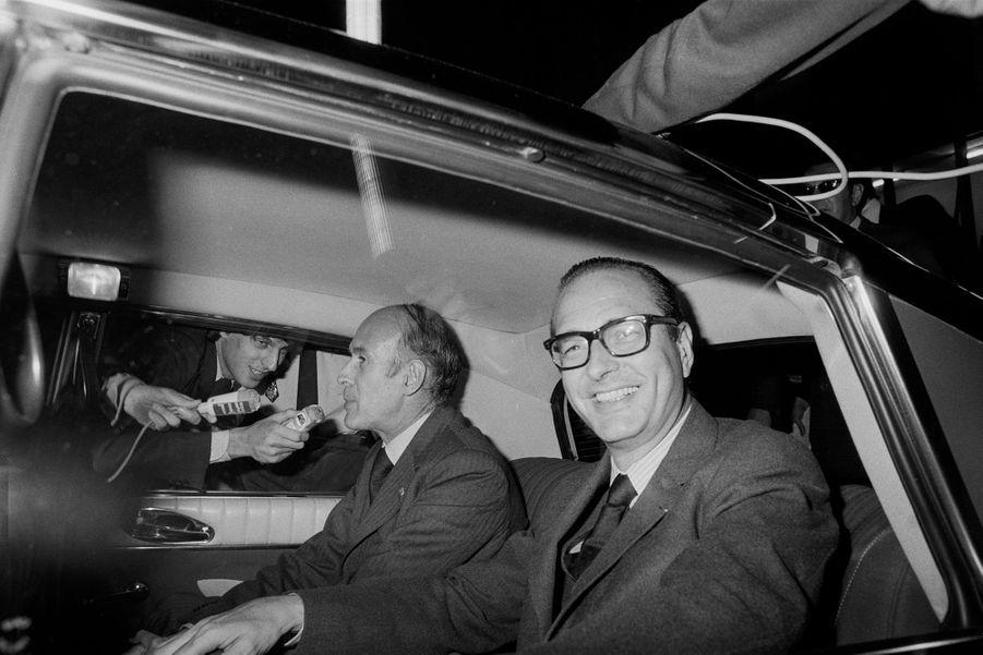 Jacques Chirac et Valéry Giscard d'Estaing arrivent en voiture à l'aéroport de Lyon-Bron le 10 septembre 1974, France.