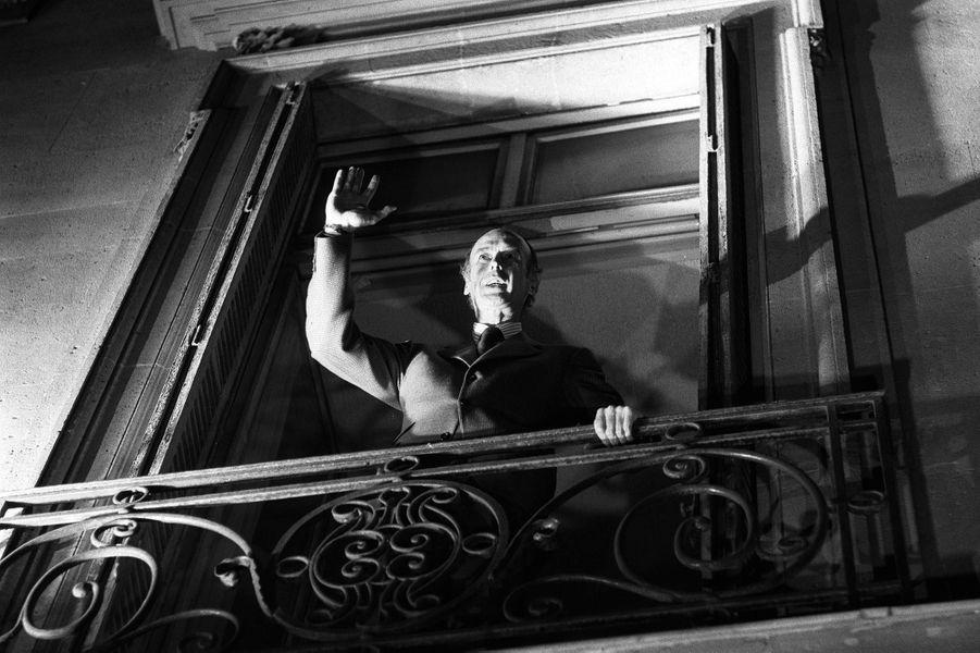 Valéry Giscard d'Estaing élu président de la République le 19 mai 1974, au balcon de son QG, rue de la Bienfaisance, à Paris.