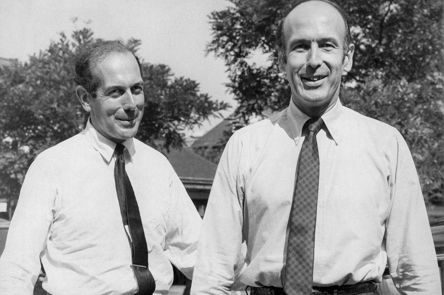 Valéry Giscard d'Estaing et son frère Olivier en bras de chemise à Fontainebleau, France le 9 juin 1968.