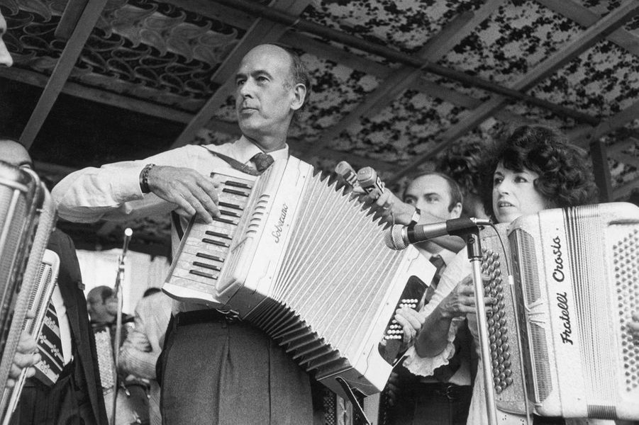 Valéry Giscard d'Estaing en pleine démonstration d'accordéon.