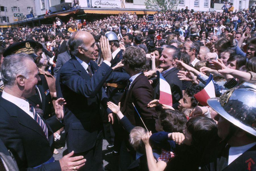 Bain de foule pour Valery Giscard d'Estaing lors de la campagne présidentielle de 1974, France.