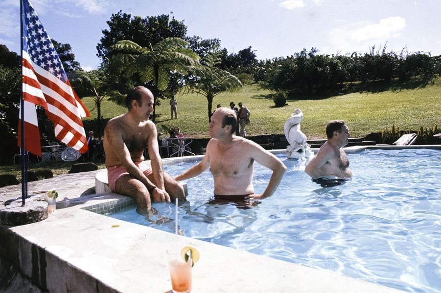 Valéry Giscard d'Estaing, le président américain Gerald Ford et le secrétaire d'Etat Henry Kissinger se baignent dans une piscine en décembre 1974 à Fort-de-France, Martinique.