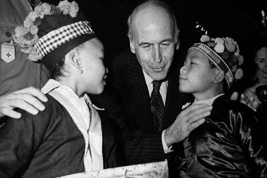 Le Président Giscard d'Estaing avec deux enfants pour la fête de Noël au palais de l'Elysée, à Paris, France.