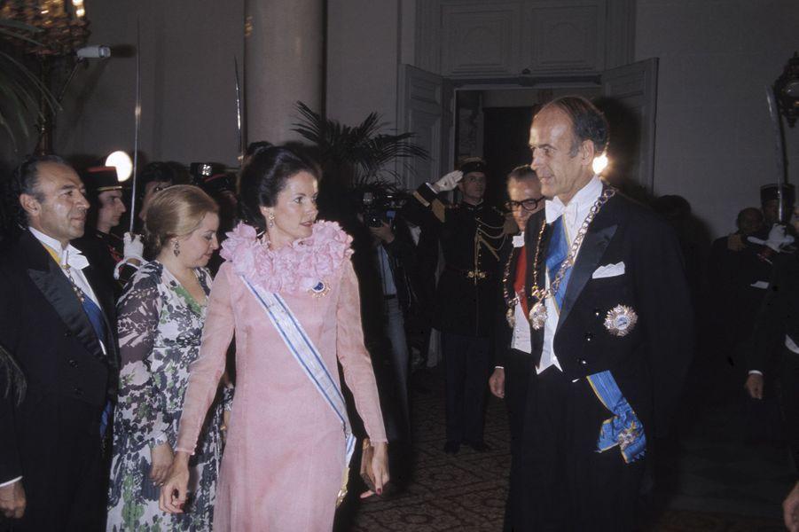 Anne-Aymone Giscard d'Estaing et Valéry Giscard d'Estaing lors d'une réception au palais de Versailles en l'honneur de l'impératrice d'Iran Farah Diba Pahlav, dans les Yvelines, en France, le 25 juin 1974.