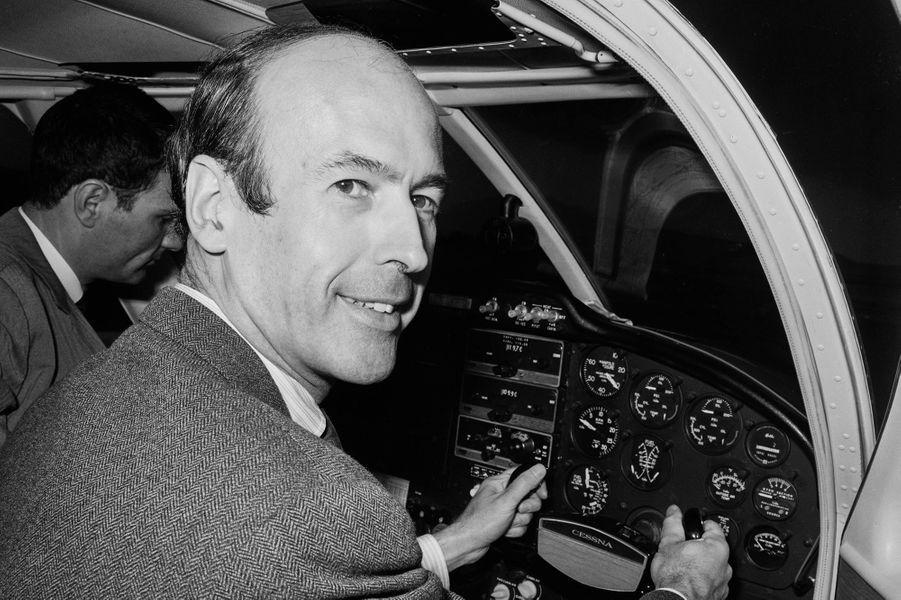 Le leader des républicains indépendants Valéry Giscard d'Estaing, aux commandes de son avion, à son arrivée à l'aéroport de Nice en France, le 11 février 1967.