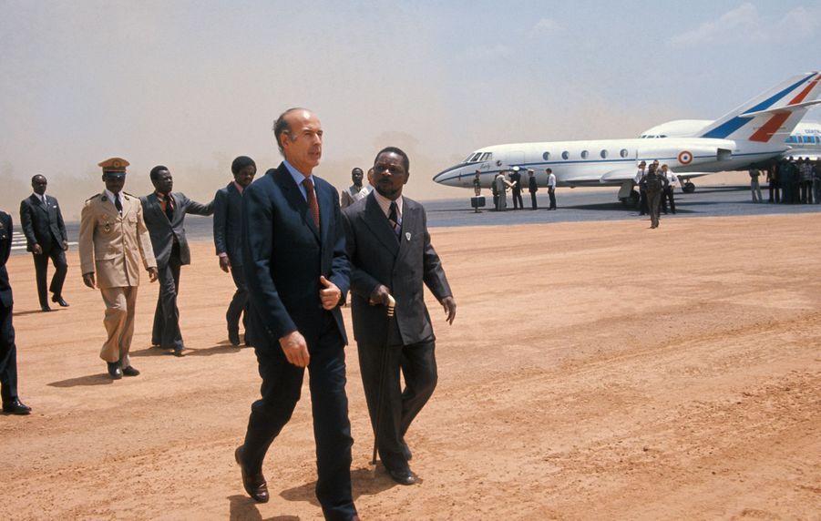 Valéry Giscard d'Estaing accueilli par le président Jean-Bedel Bokassa lors de sa visite à Bangui en février 1975, République centrafricaine.