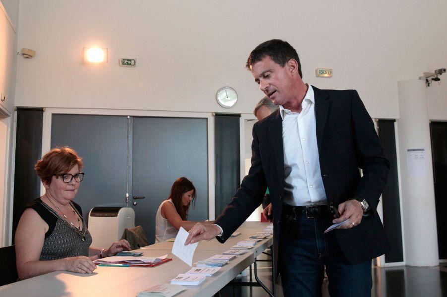 L'ex-Premier ministre et candidat Manuel Valls vote à Evry.