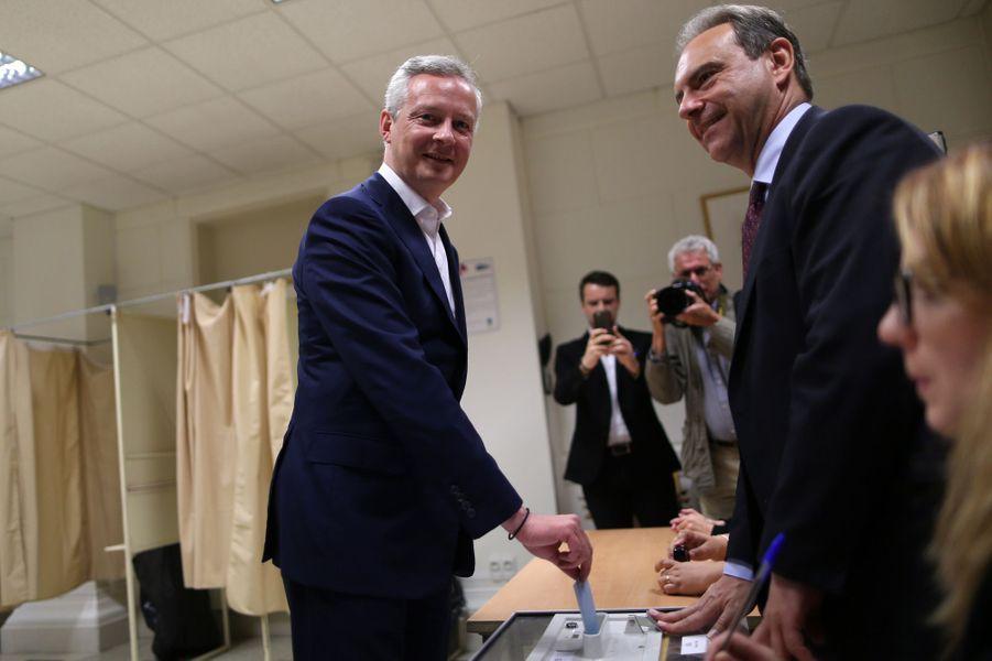 Le ministre de l'Economie Bruno Le Maire vote à Evreux.