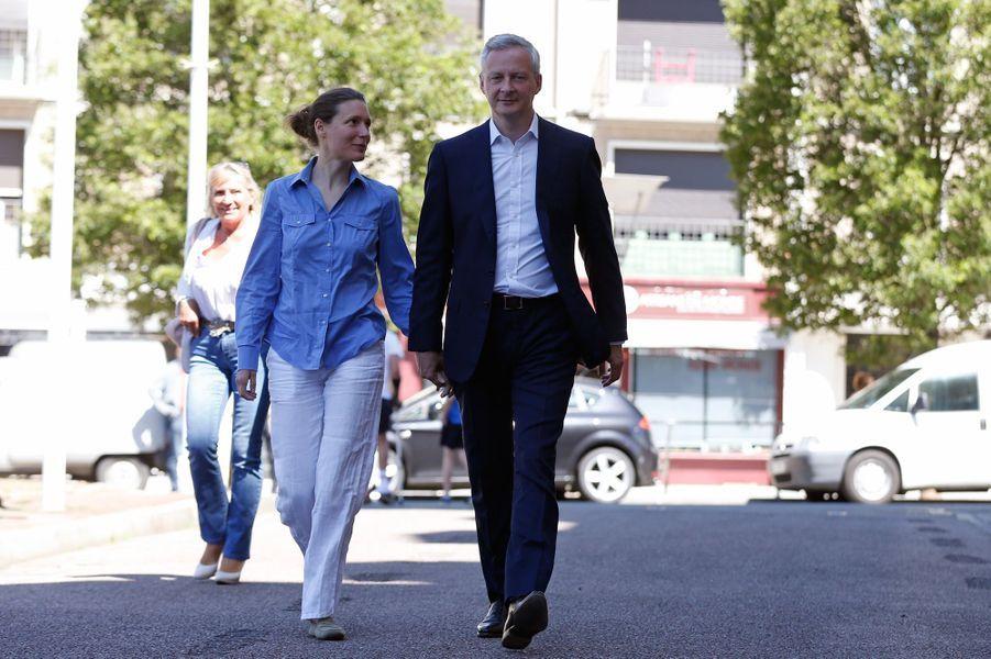 Bruno Le Maire et son épouse Pauline Doussau de Bazignan viennent de voter à Evreux pour le premier tour des législatives.