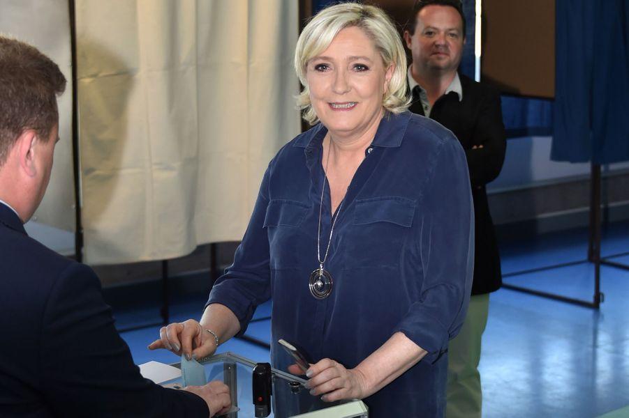 Marine Le Pen vote dans son fief d'Henin-Beaumont.