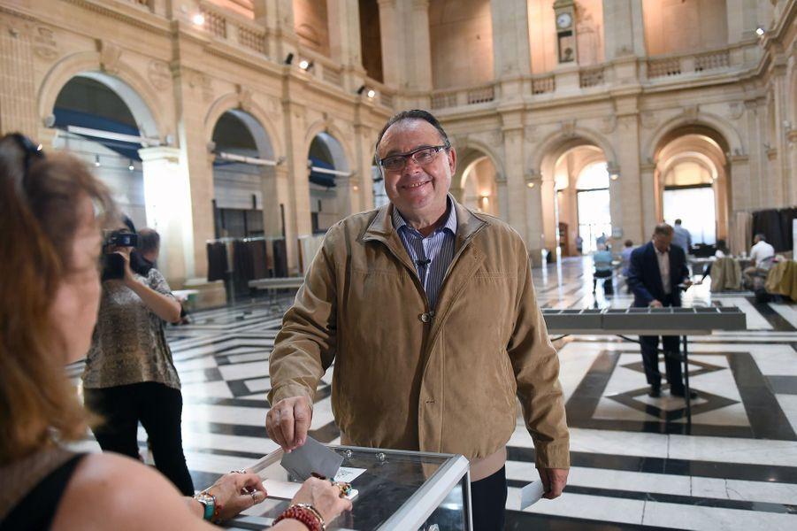Vote à Marseille de Patrick Mennucci, candidate dans les Bouches-du-Rhone.