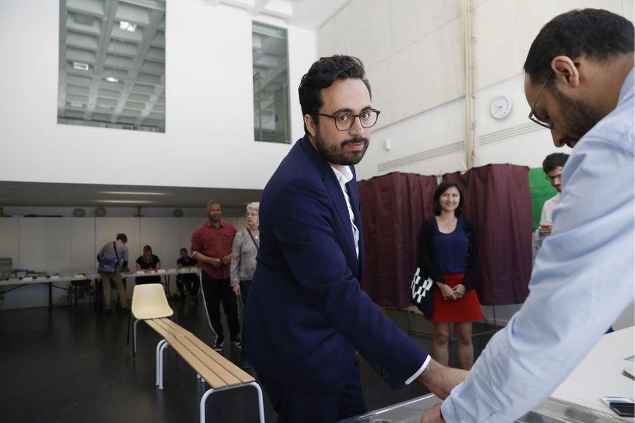 Le secrétaire d'Etat au Numérique Mounir Mahjoubi, candidatdans la 16e circonscription de Paris, a voté dans la capitale dimanche matin.