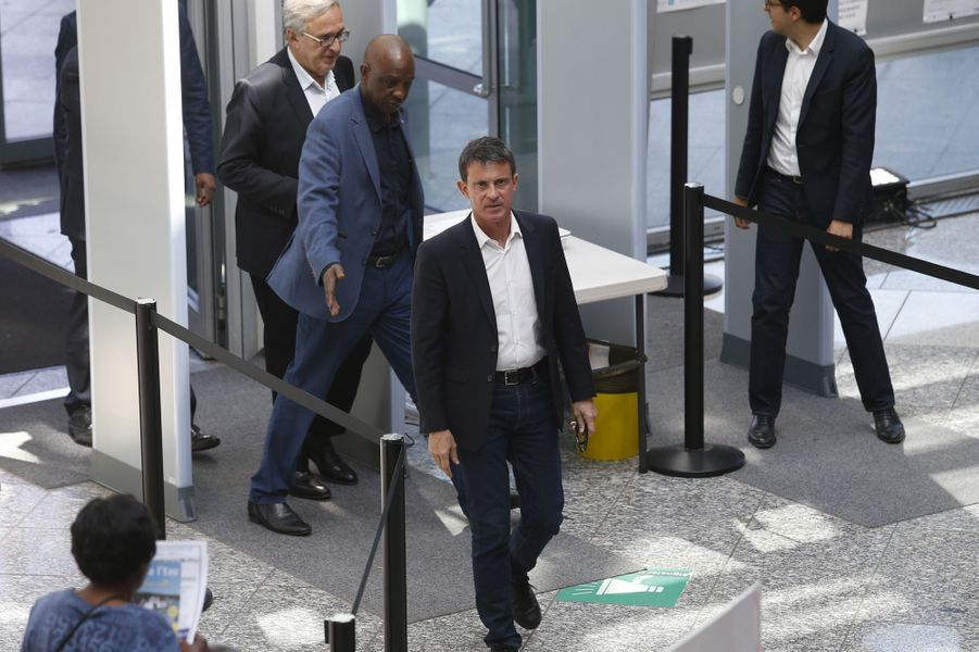 L'ex-Premier ministre et candidat Manuel Valls , accompagné du maire d'Evry Francis Chouat, arrive à l'hôtel de ville d'Evry.