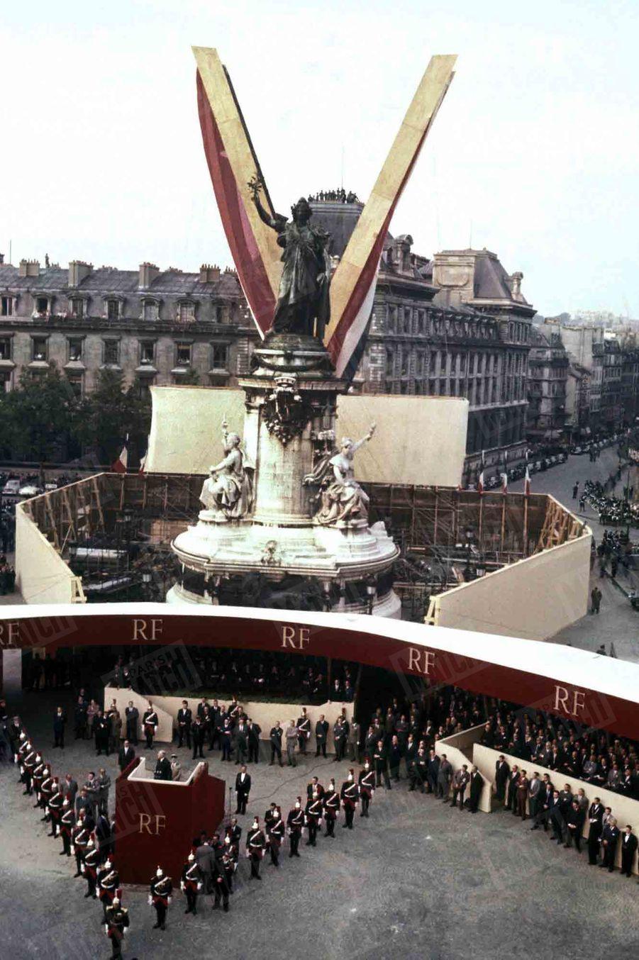 Le Général De Gaulle, alors président du Conseil des ministres, présentent la constitution de la Vème République, lors d'une manifestation place de la République, à Paris, le 4 septembre 1958.