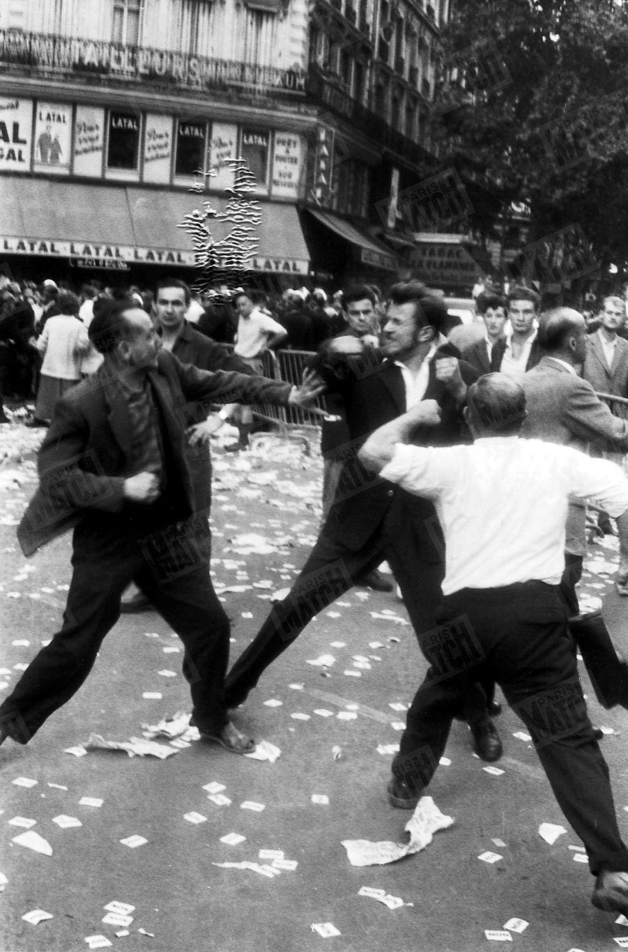 Partisans et opposants à la Vème République jouent du poing, lors du discours de Charles de Gaulle, place de la République, à Paris, le 4 septembre 1958.