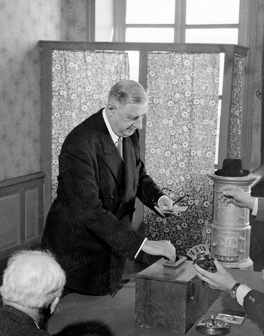 Le Général De Gaulle vote à la mairie de Colombey, à l'occasion du référendum sur la constitution de la Vème République le 28 septembre 1958.