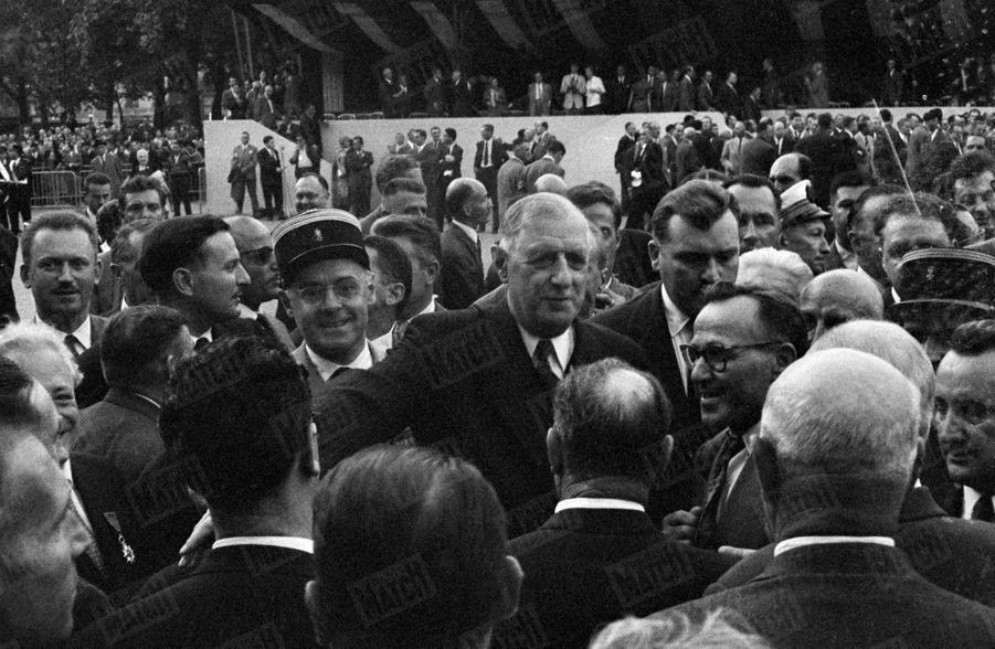 Le Général De Gaulle, prend un bain de foule après avoir présenté la constitution de la Vème République, lors d'une manifestation place de la République, à Paris, le 4 septembre 1958.