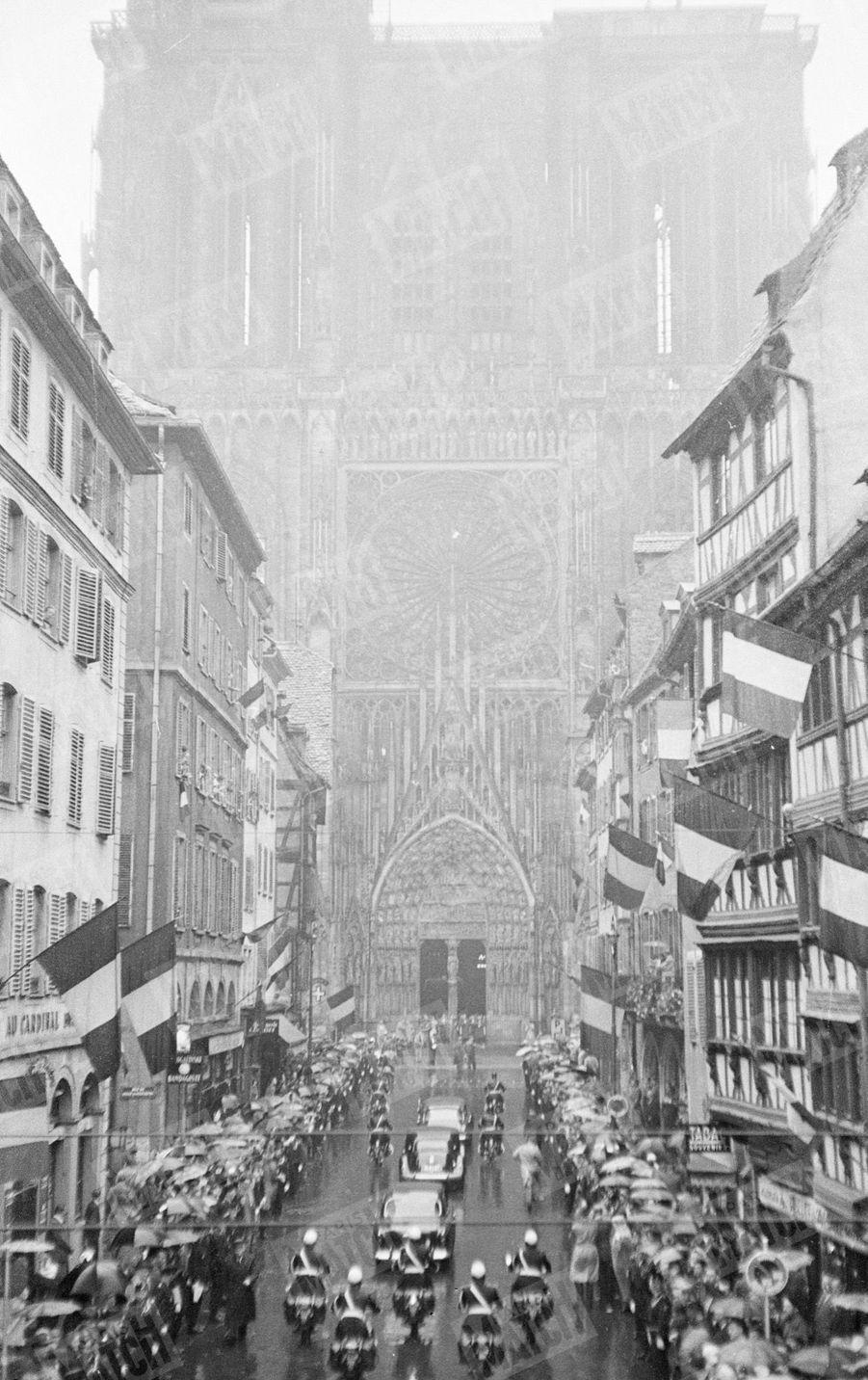 Charles de Gaulle en campagne pour le référendum sur la constitution de la Vème République, arrivant à la Cathédrale de Strasbourg, le 21 septembre 1958.