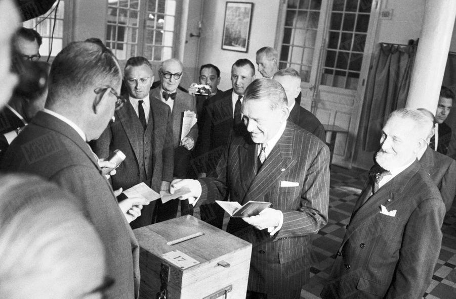 Le président de la République René Coty vote à Paris, à l'occasion du référendum sur la constitution de la Vème République, le 28 septembre 1958.