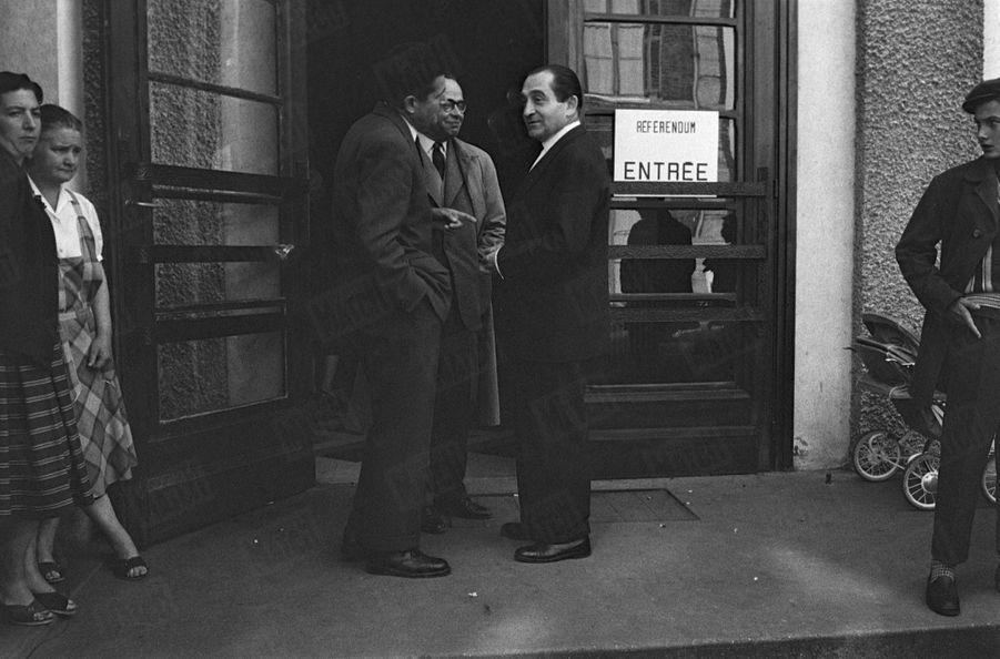 Pierre Mendes-France, partisan du non, vote à Louviers à l'occasion du référendum sur la constitution de la Vème République, le 28 septembre 1958.