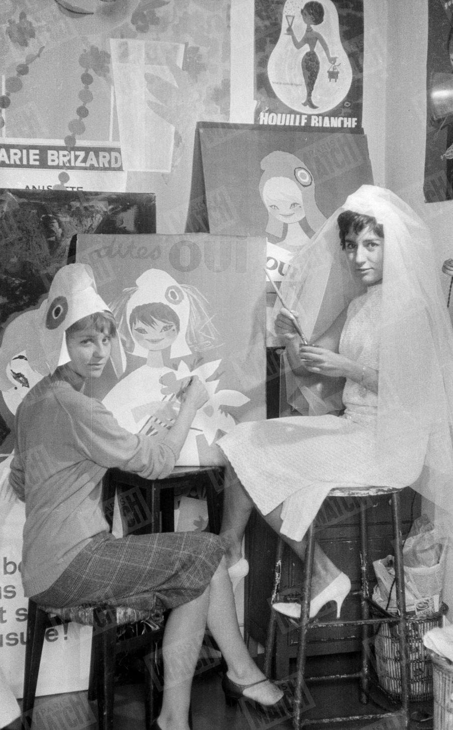Déguisées en Marianne, les affichistes Marie-Francine Openo (à g.) et Marie-Claire Lefor mènent campagne pour le Oui au référendum sur la constitution de la Vème République, en se prenant mutuellement pour modèle, le 10 septembre 1958.