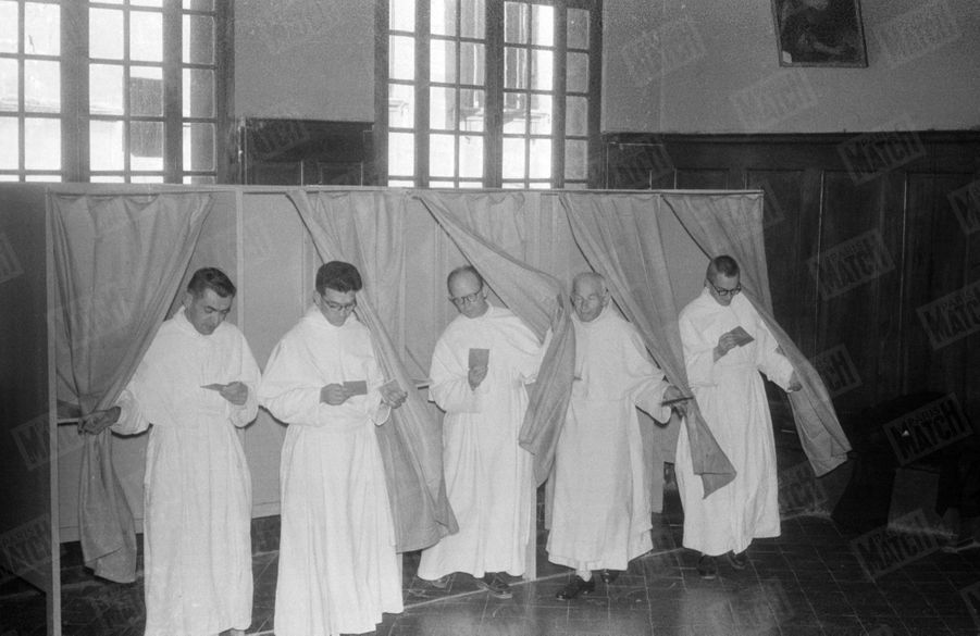 Les Pères Prémontrés de Saint-Michel de Frigolet, près de Tarascon dans les Bouches-du-Rhône, sont allés voter après la messe de huit heures, à l'occasion du référendum sur la constitution de la Vème République, le 28 septembre 1958.