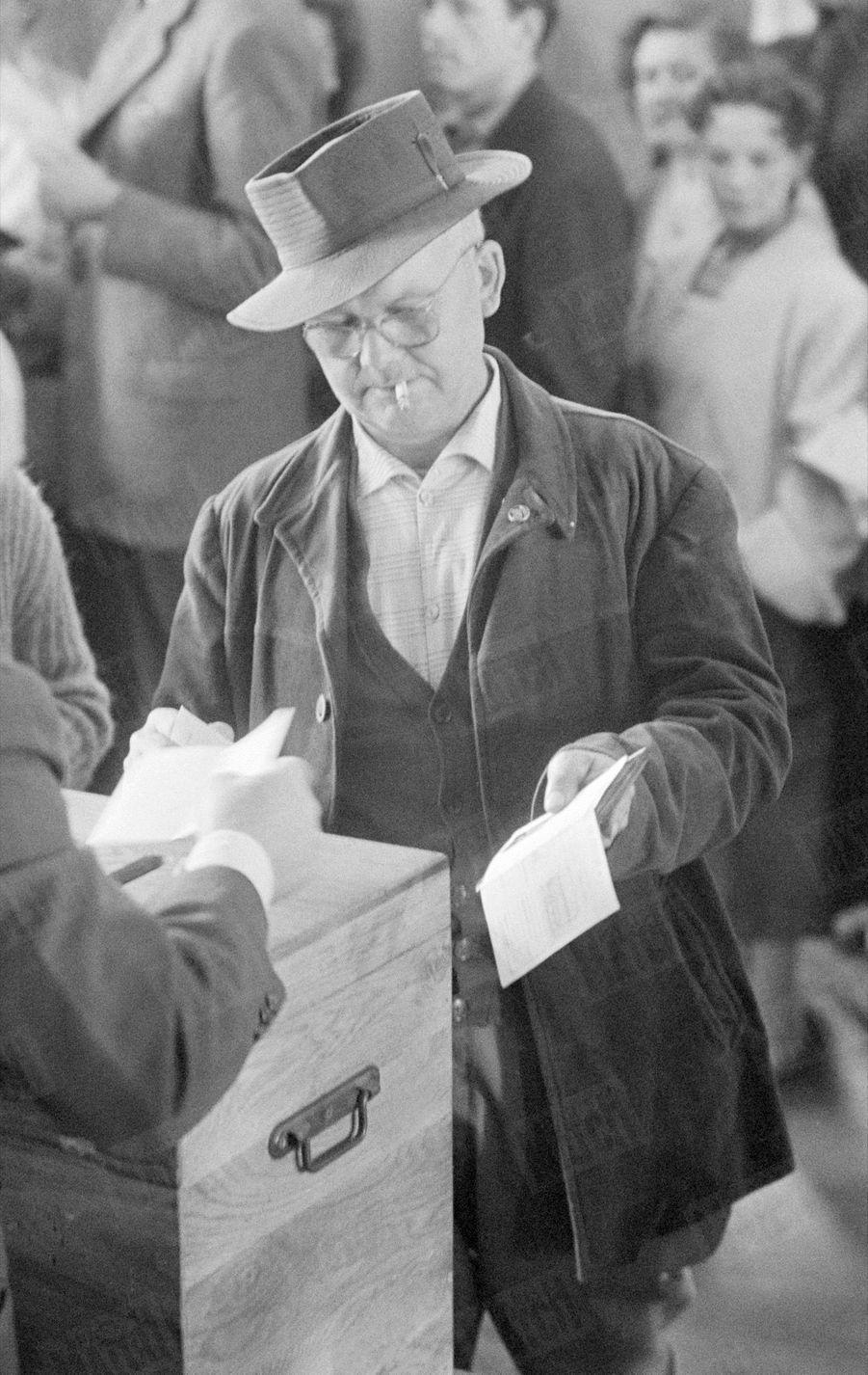 Jour du vote à Paris, pour le référendum sur la constitution de la Vème République, le 28 septembre 1958.