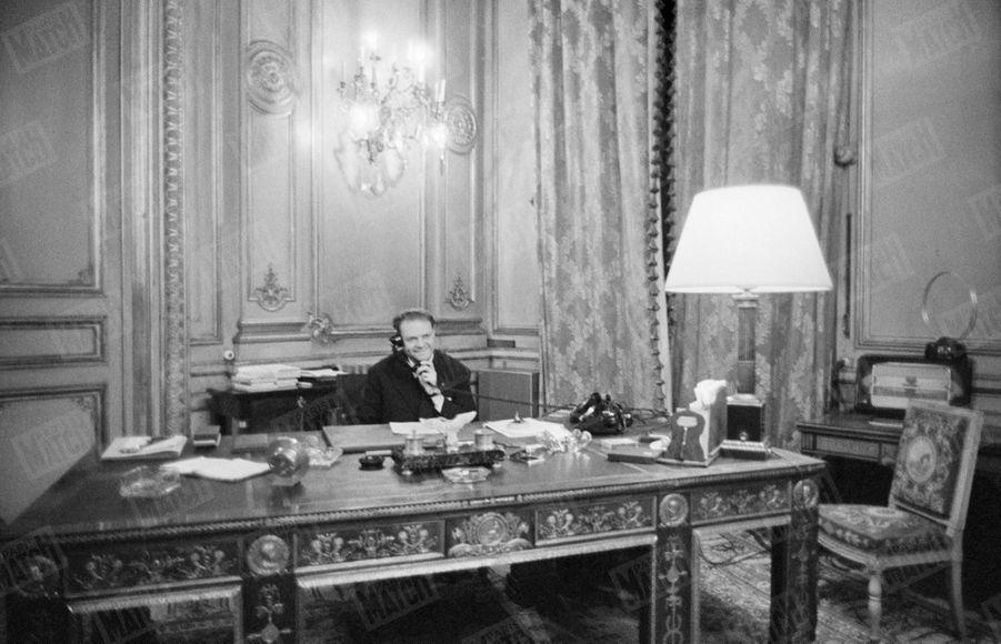Le ministre de l'Intérieur Emile Pelletier reçoit les résultats du référendum sur la constitution de la Vème République, le 28 septembre 1958.