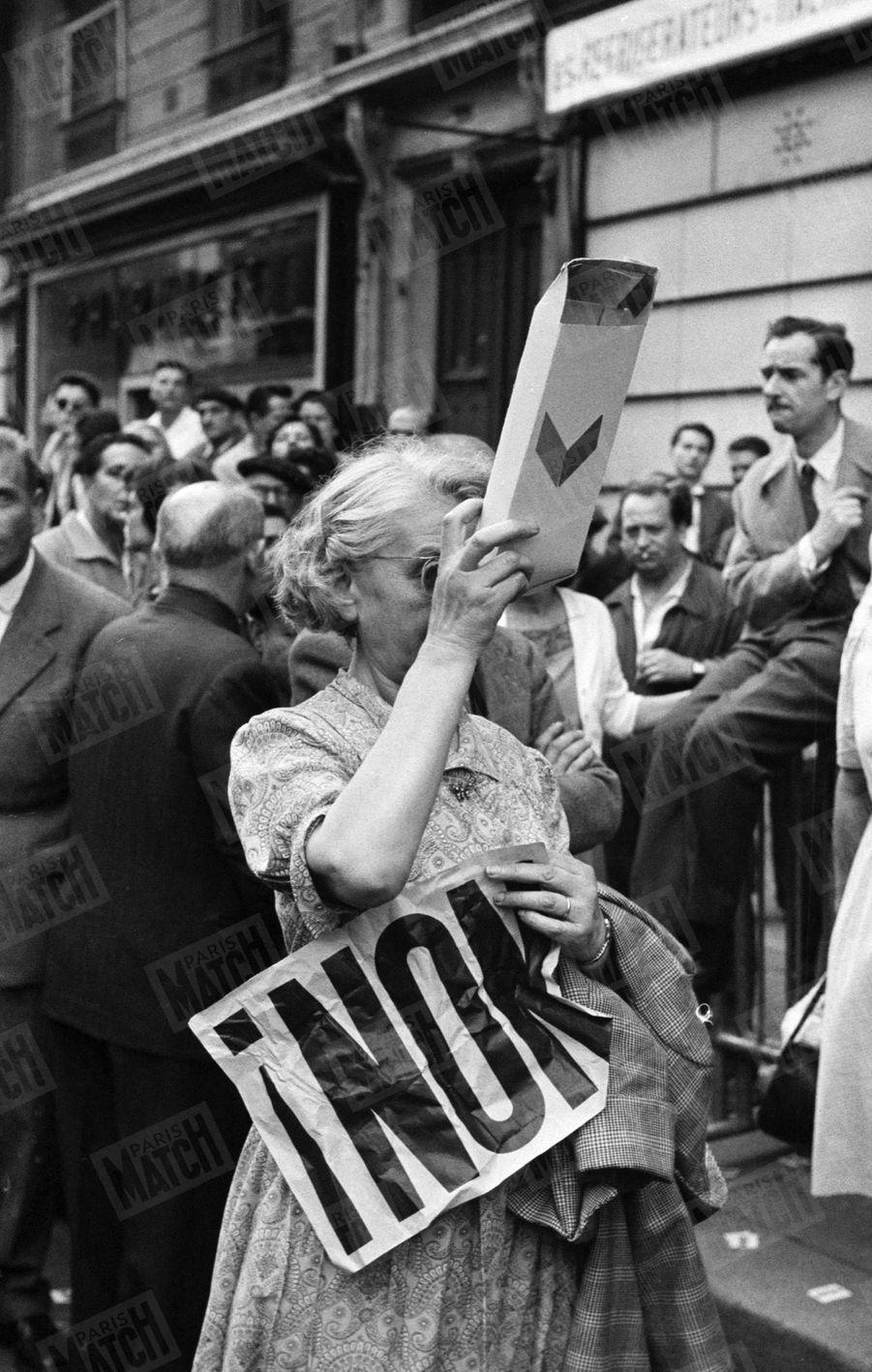 Une opposante à la Vème République, lors du discours de Charles de Gaulle, place de la République, à Paris, le 4 septembre 1958.