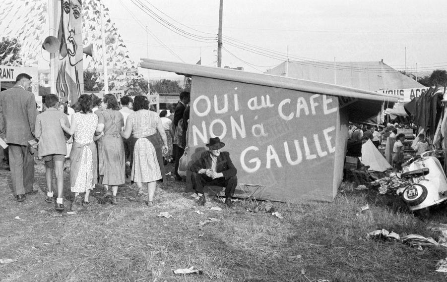 Une buvette à la Fête de l'Humanité, à Montreuil, 8 septembre 1958, trois semaines avant le référendum sur la constitution de la Vème République.