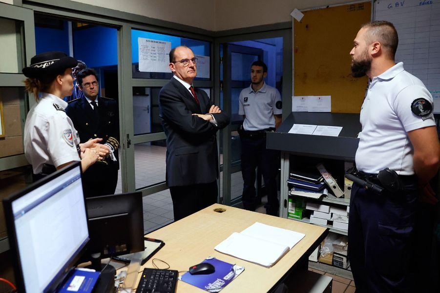 Le Premier ministre Jean Castex lors de sa visite au commissariat de La Courneuve, dimanche soir