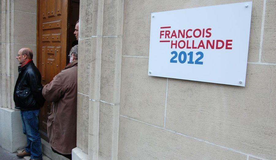 A l'extérieur, des plaques portant le logo de la campagne indiquent qu'il s'agit bien du QG du candidat socialiste.