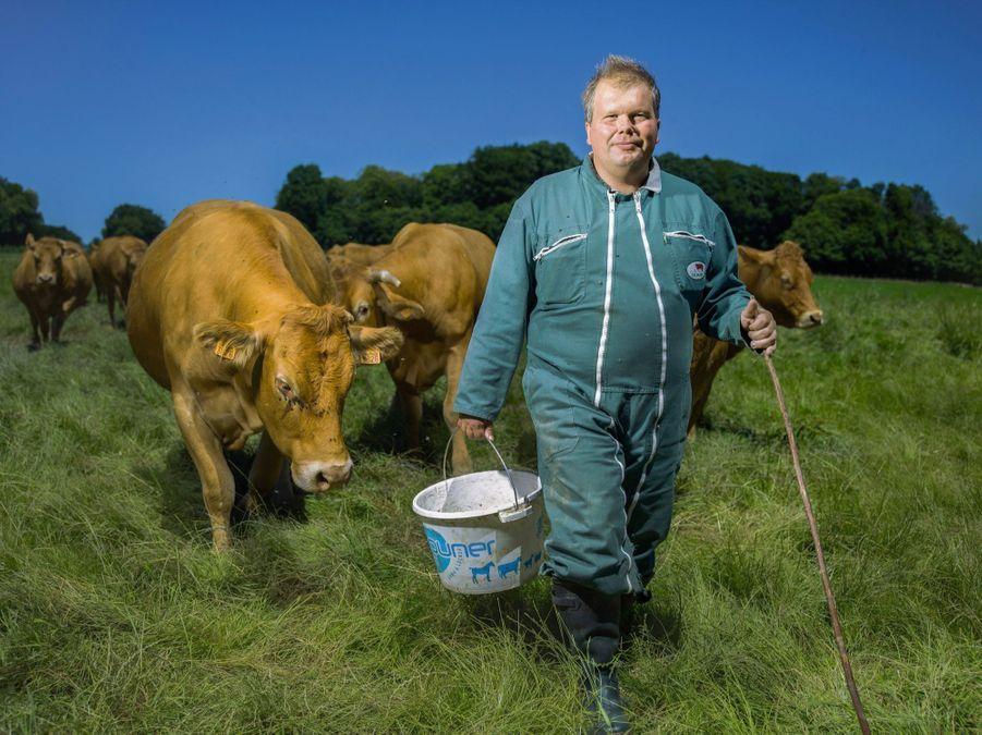 Jean-Baptiste Moreau 40 ans, éleveur de vaches limousines. Député de la Creuse. sur sa combinaison, l'écusson de la coopérative Celmar, qu'il dirige.