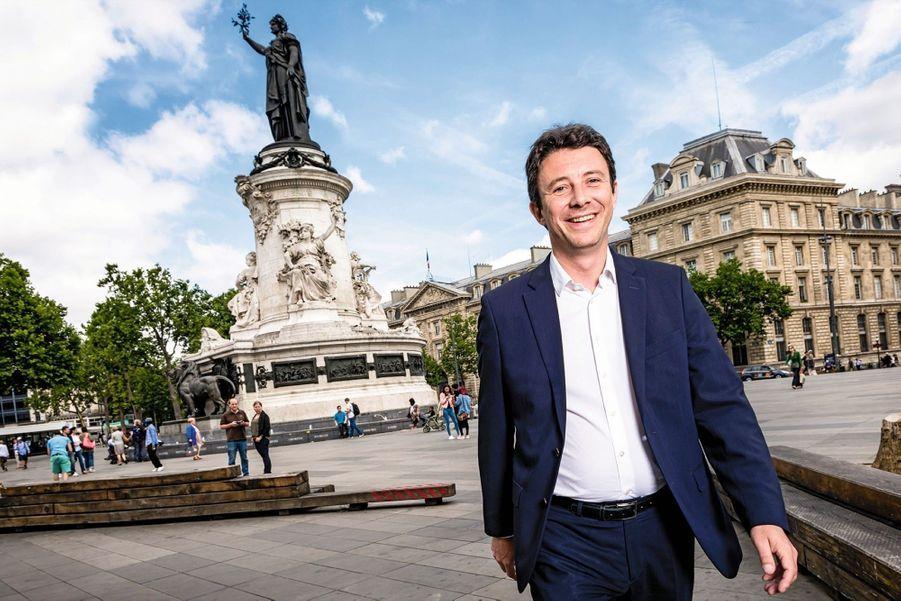 Benjamin Griveaux 39 ans, porte-parole d'Emmanuel Macron 5e circonscription de Paris « J'ai le même âge qu'Emmanuel Macron, et j'ai l'impression d'avoir perdu mon temps. » Fils d'un notaire et d'une avocate, élève de Sciences Po et de HEC, il dit avoir divisé son salaire par dix pour rejoindre en marche ! Il est pressenti pour prendre la tête du parti.