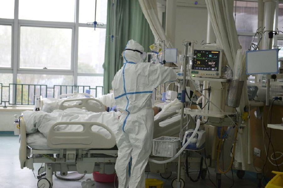 Une personne atteinte du virus à l'hôpital de Wuhan.