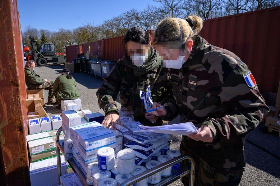 Des militaires préparent l'installation de l'EMR, lundi 23 mars, à Mulhouse.