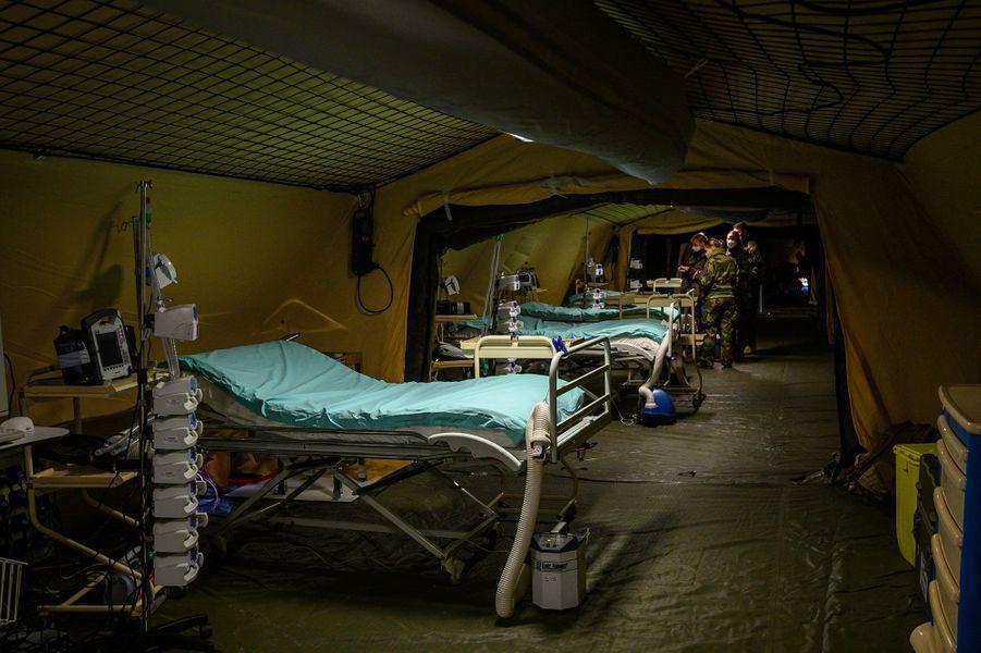 Lundi 23 à Mulhouse, à l'intérieur des tentes de l'«hôpital de campagne» installé par les armées.
