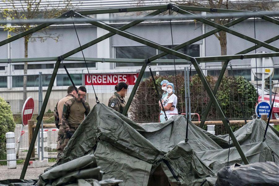 Samedi 21 mars, l'installation de l'«élément militaire de réanimation» débute sur le parking de l'hôpital de Mulhouse.