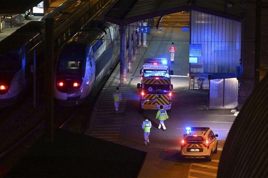 Préparatifs pour l'évacuation de patients à bord un TGV médicalisé.